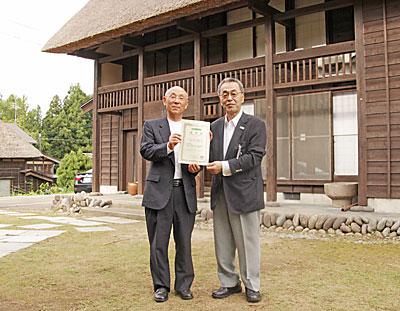 かやぶき集落荻ノ島の春日理事長(左)と、 ふるさとオンリーワンのまちの大越副理事長