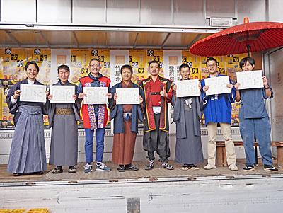 佐藤さん(左から4人目)ら上位7人を表彰