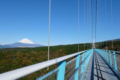 吊り橋からは富士山の絶景を望む