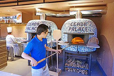 イタリアの石釡で本格ピザ