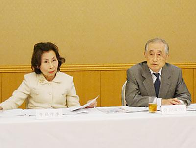 山田隆英会長(右)と三橋滋子専務理事