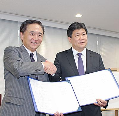(左から)黒岩知事、平林社長