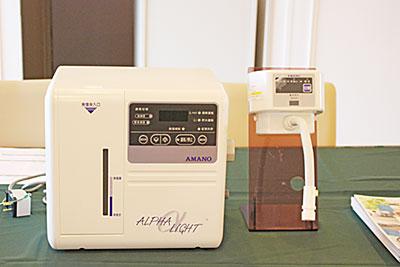 アマノの小規模向け電解水生成装置「α―Light」は、小さなボディなのに性能が高く、主に食品や包丁などの除菌、洗浄に利用できる