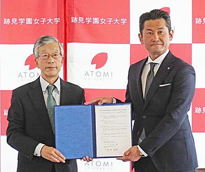 山田徹雄学長(左)と萩原睦男町長