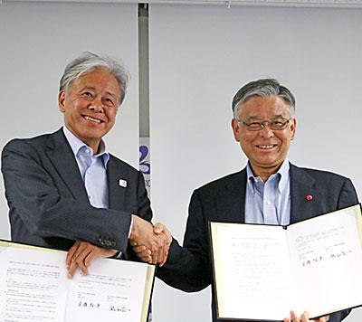 安藤裕康理事長(左)と松山良一理事長
