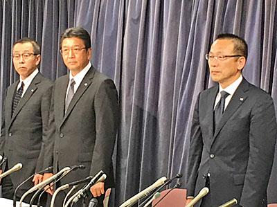 会見に臨む髙橋社長(中央)