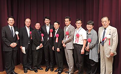 発表者が記念写真(右端は舩山龍二会長)