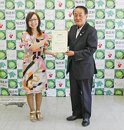 嬬恋村の熊川栄村長(右)と、津田令子理事長(嬬恋村役場)