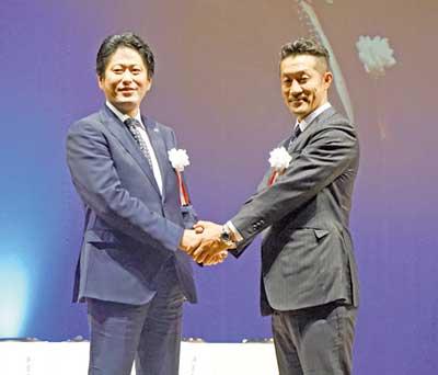 西村総一郎次期部長(左)と桑田部長