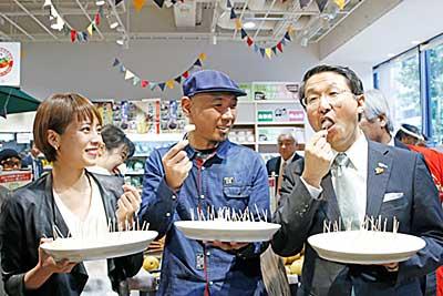 (左から)上田まりえさん、みょーちゃんさん、平井知事が梨をPR