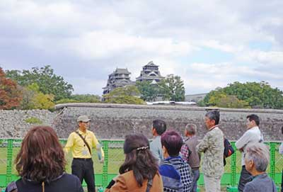 ガイドの案内で被災した熊本城を見学する観光客も増えている