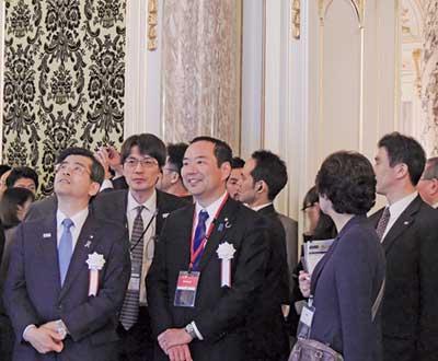 会場をまわる石井啓一国土交通大臣(左端)