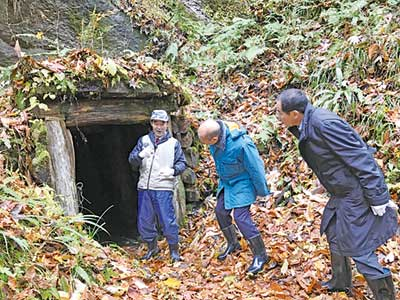 180メートルの坑道探検に出発(谷口銀山)
