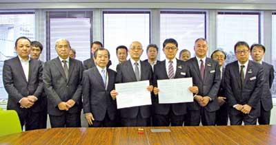 日本秘湯を守る会・佐藤好億代表理事(中央左)と ⅰ.JTBの鈴木雅己社長(中央右)
